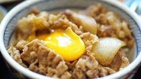 Japanisches Rindfleisch über Reis mit Eigelb stock footage