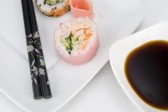 Japanisches Rosa-Sushi mit Essstäbchen und Sojasoße stockfoto