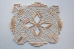 Japanisches Steingartenkonzept mit weißen Bohnen und hölzernen Stöcken stockfoto