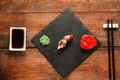 Japanisches Sushi nigiri mit geräuchertem Aal, flache Lage Stockfotografie