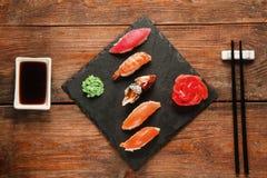 Japanisches Sushi nigiri stellte auf schwarzen Schiefer, flache Lage ein Stockbild