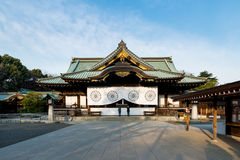Japanisches Volk, das bei Yasukuni-Schrein in Tokyo, Japan betet Yasu lizenzfreies stockbild