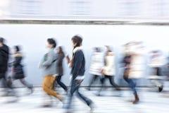 Japanisches Volk, das in die Stadt geht Stockfotografie