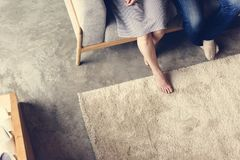 Japanisches Volk, das im Wohnzimmer sich entspannt Lizenzfreies Stockbild
