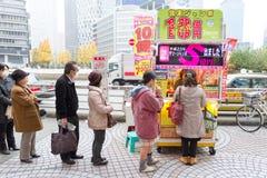 Japanisches Volk, das Lotterie kauft Lizenzfreie Stockfotos