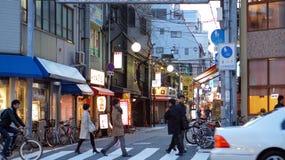 Japanisches Volk, das nach Hause am Abend geht Stockbild
