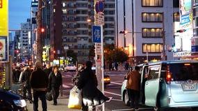 Japanisches Volk, das nach Hause nach wor geht Stockbilder
