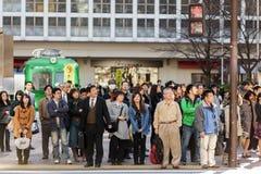 Japanisches Volk, das an wartet Stockfotos