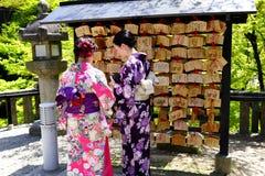 Japanisches Volk schreibt Wünsche in ema Stockfotografie
