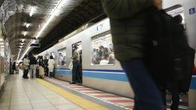 Japanisches Volk und Ausländerreisendpassagierwartezeit und das Gehen auf und ab Reise mit Linie Zug MRT Tozai gehen zu Ginza stock video footage