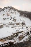 Japanner beklimt sneeuwberg in de dag stock foto's