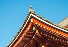 Japanner bij dak van tempel Royalty-vrije Stock Foto