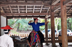Japanner die yabusame praktizeren Stock Fotografie
