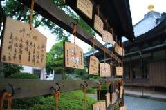 Japanner voor zegen in tempel te bidden Royalty-vrije Stock Foto