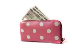 Japans bankbiljet in de roze die punt van de vrouwenportefeuille op wihtebac wordt geïsoleerd Royalty-vrije Stock Afbeelding