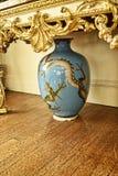 Japans Dragon Vase bij een Mooi Buitenhuis dichtbij Leeds West-Yorkshire dat geen Nationaal Vertrouwensbezit is stock afbeeldingen