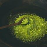 Japans groen de theepoeder van Matcha in donkere houten kom Royalty-vrije Stock Fotografie