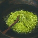 Japans groen de theepoeder van Matcha in houten kom, vierkant gewas Stock Fotografie