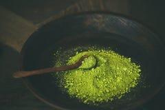 Japans groen de theepoeder van Matcha in kom met houten lepel Stock Foto's