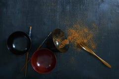 Japans houten lepel, eetstokjes, kom en Spaanse peperpoeder stock foto