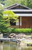 Japans huis en Japanse groene tuin Stock Fotografie