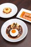 Japans kruidig Tan Tan-varkensvlees over rijst, de salade van zalmtataki en h royalty-vrije stock foto