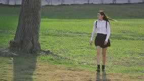 Japans meisje die door gebied in langzame motie lopen Vogelvliegen achter mensen stock footage