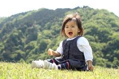 Japans meisje die rijstcracker eten Stock Foto's