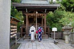 Japans Paar met Kimono voor Heiligdom het Bidden Stock Afbeeldingen