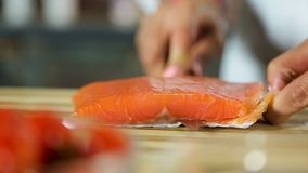 Japans scherp de zalmvisfilet van de sushichef-kok zorgvuldig, gezonde zeevruchten stock videobeelden