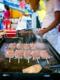 Japans Straatvoedsel die de Tong van het Braadstukrundvlees sissen Stock Afbeelding