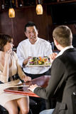 Japans sushirestaurant, chef-kok dienende klanten Royalty-vrije Stock Afbeeldingen