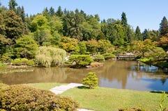 Japans tuinlandschap met vijver en brug Stock Foto