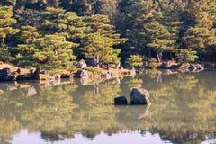 Japans tuinpark met watermeer stock afbeelding
