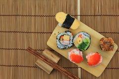 Japans voedsel, Hoogste mening van sushireeks met eetstokjes op houten B royalty-vrije stock foto