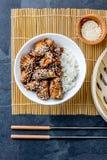 Japans voedsel Kip Teriyaki met rijst Leiachtergrond, hoogste mening Stock Foto's