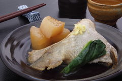 Japans voedsel, 'Nimono' van yellowtail en daikon Royalty-vrije Stock Foto