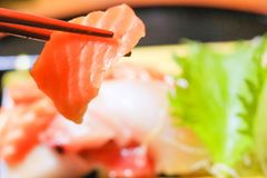 Japans voedsel, sashimi met eetstokjes stock afbeelding