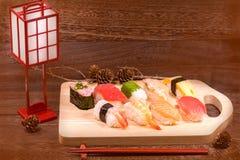 Japans voedsel, sushi met eetstokjes op houten lijstmuur backgr stock fotografie