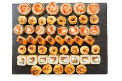 Japans voedselrestaurant Diverse soorten gebraden die sushivoedsel op zwarte steen wordt gediend Stock Afbeeldingen