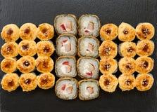Japans voedselrestaurant Diverse soorten gebraden die sushivoedsel op zwarte steen wordt gediend royalty-vrije stock fotografie