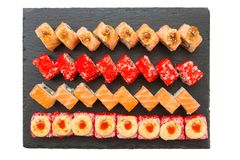 Japans voedselrestaurant Diverse soorten gebraden en ruw die sushivoedsel op zwarte steen wordt gediend Stock Foto