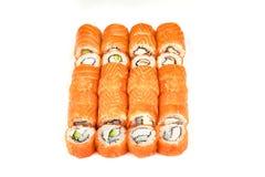 Japans voedselrestaurant, gunkan het broodjesplaat van sushimaki of schotelreeks De Sushibroodjes van Californië met zalm Sushi b stock fotografie