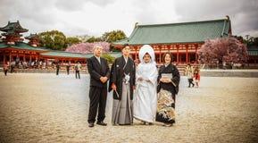 Japanse bruid en bruidegom bij de tempel royalty-vrije stock fotografie