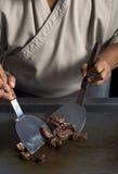 Japanse chef-kok die rundvleesteppanyaki voorbereiden Stock Afbeeldingen