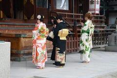Japanse dames die in de tempel bidden Stock Afbeelding