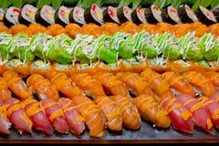 Japanse die Keuken - de stijlsushi van de Buffetcatering in restaurant worden geplaatst Stock Afbeelding