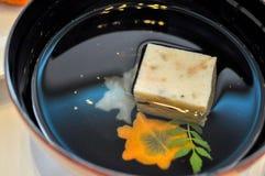 Japanse duidelijke soep die in een traditionele soepkom wordt gediend stock afbeeldingen