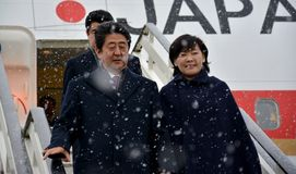 Japanse Eerste minister Shinzo Abe in officieel bezoek aan Republiek Servië stock foto's