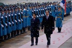 Japanse Eerste minister Shinzo Abe in officieel bezoek aan Republiek Servië stock afbeelding